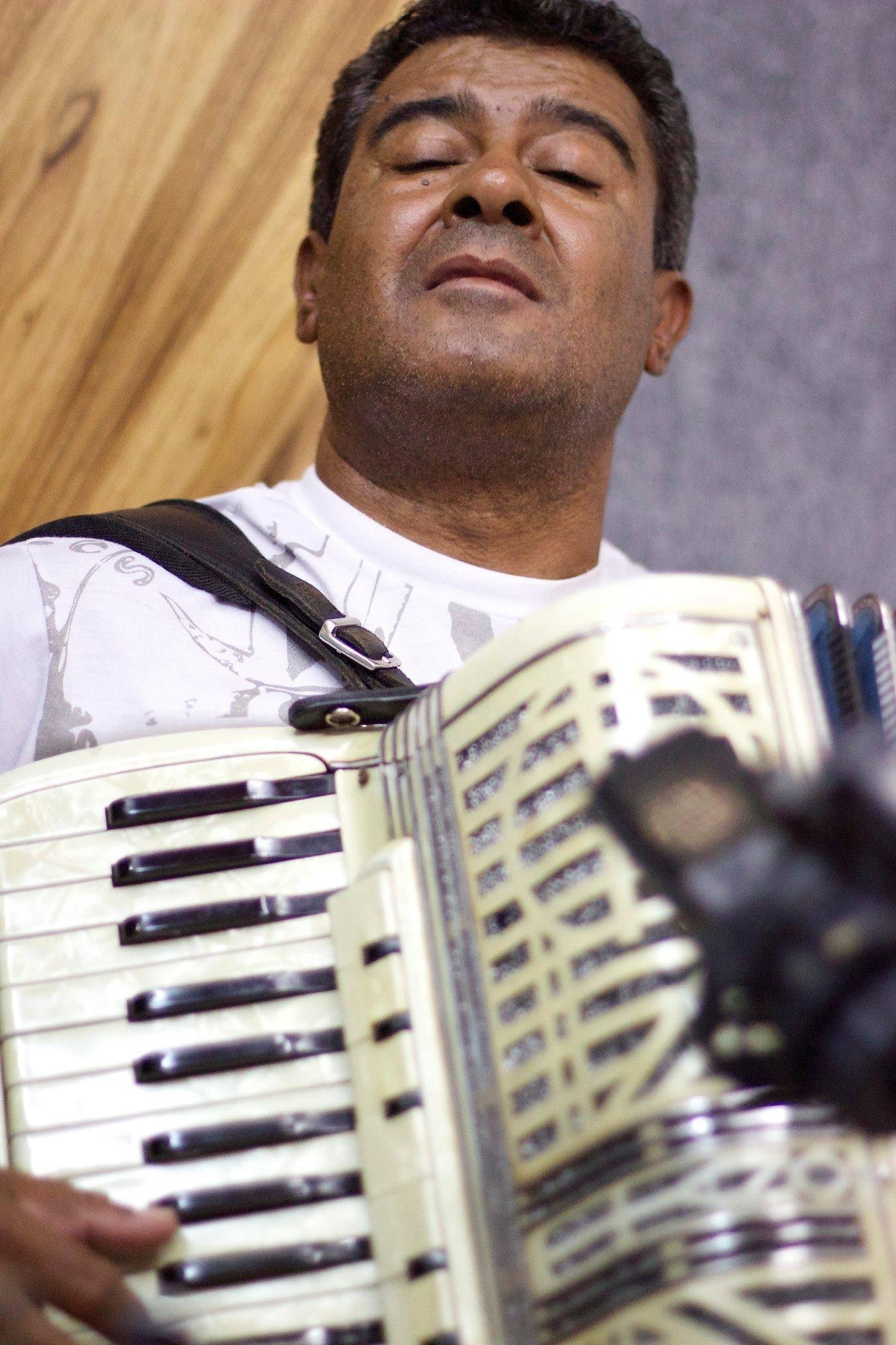 O músico Dimas Sousa  durante gravação do CD. Foto: Ricardo Gomes