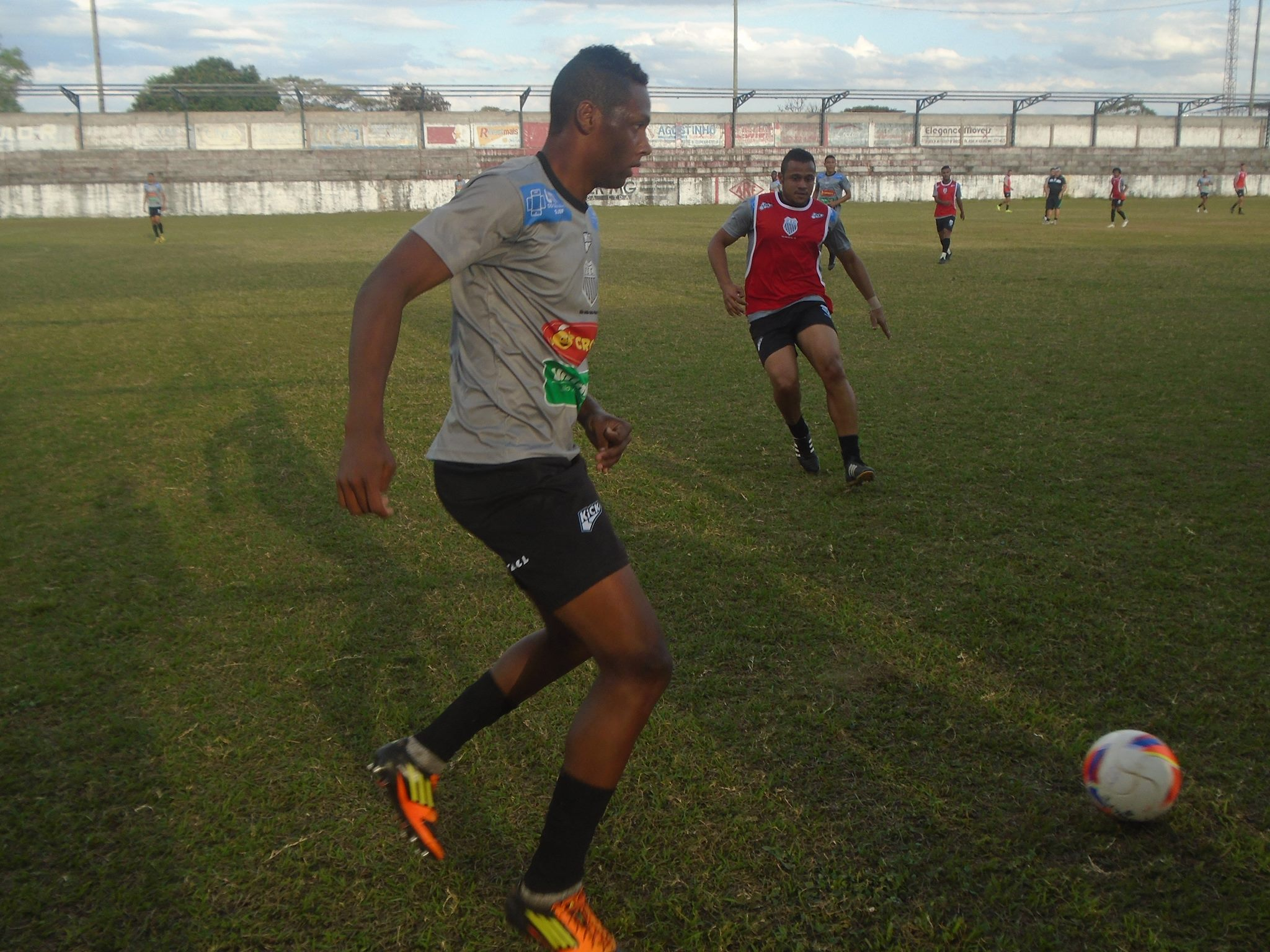 Jogadores durante o treino de reconhecimento no estádio Ely Araujo