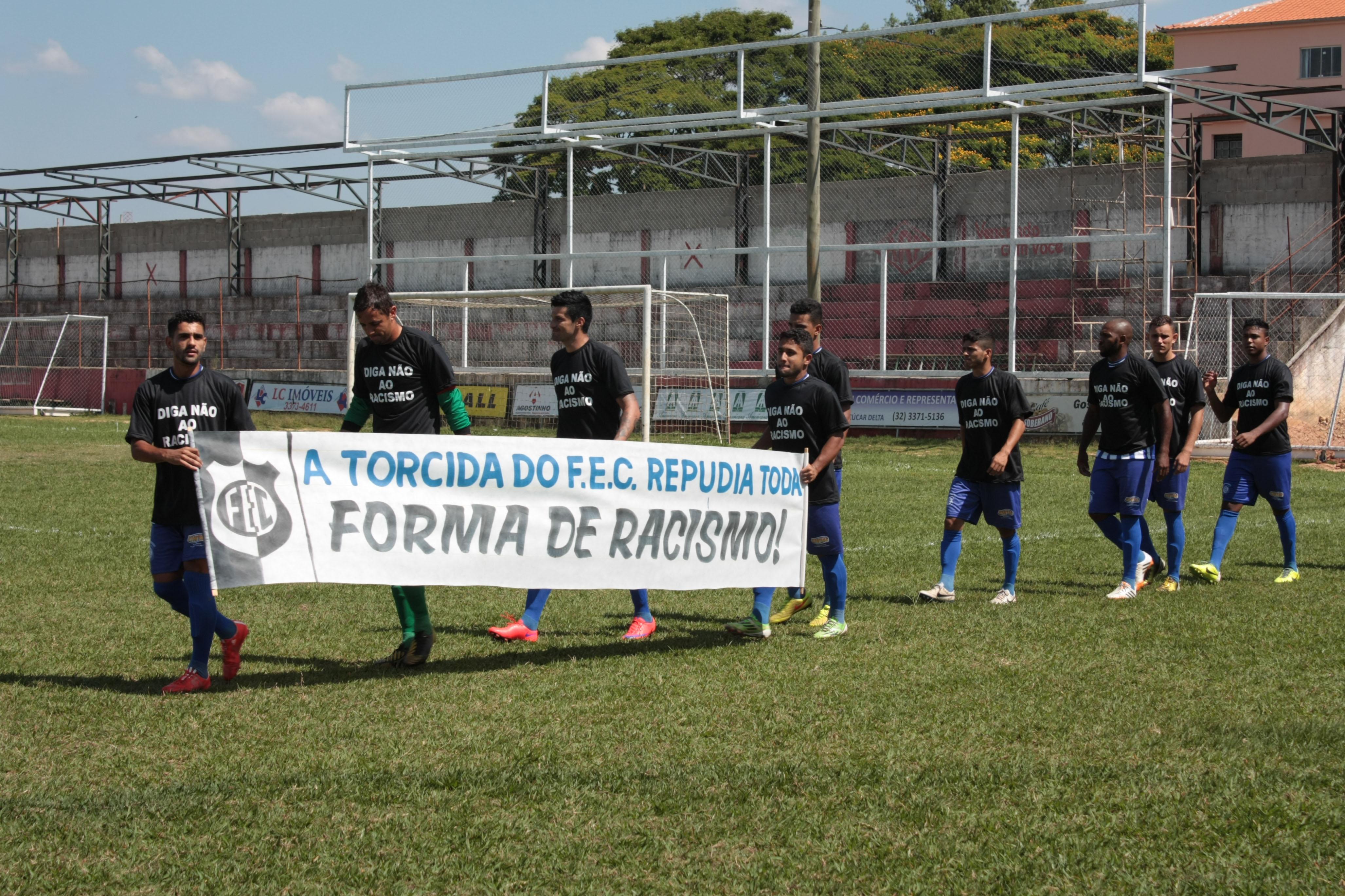 Aplaudida pela torcida, equipe do Formiga praticou ato contra racismo