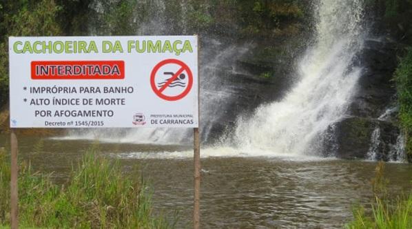 Existem placas informando para que turistas não tomem banho no local FOTO: Carrancas.com