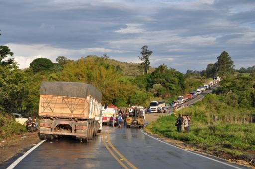 O fluxo intenso de caminhões, aliado à falta de acostamentos da rodovia, faz com que motoristas realizem ultrapassagens perigosas FOTO: Jornal de Lavras
