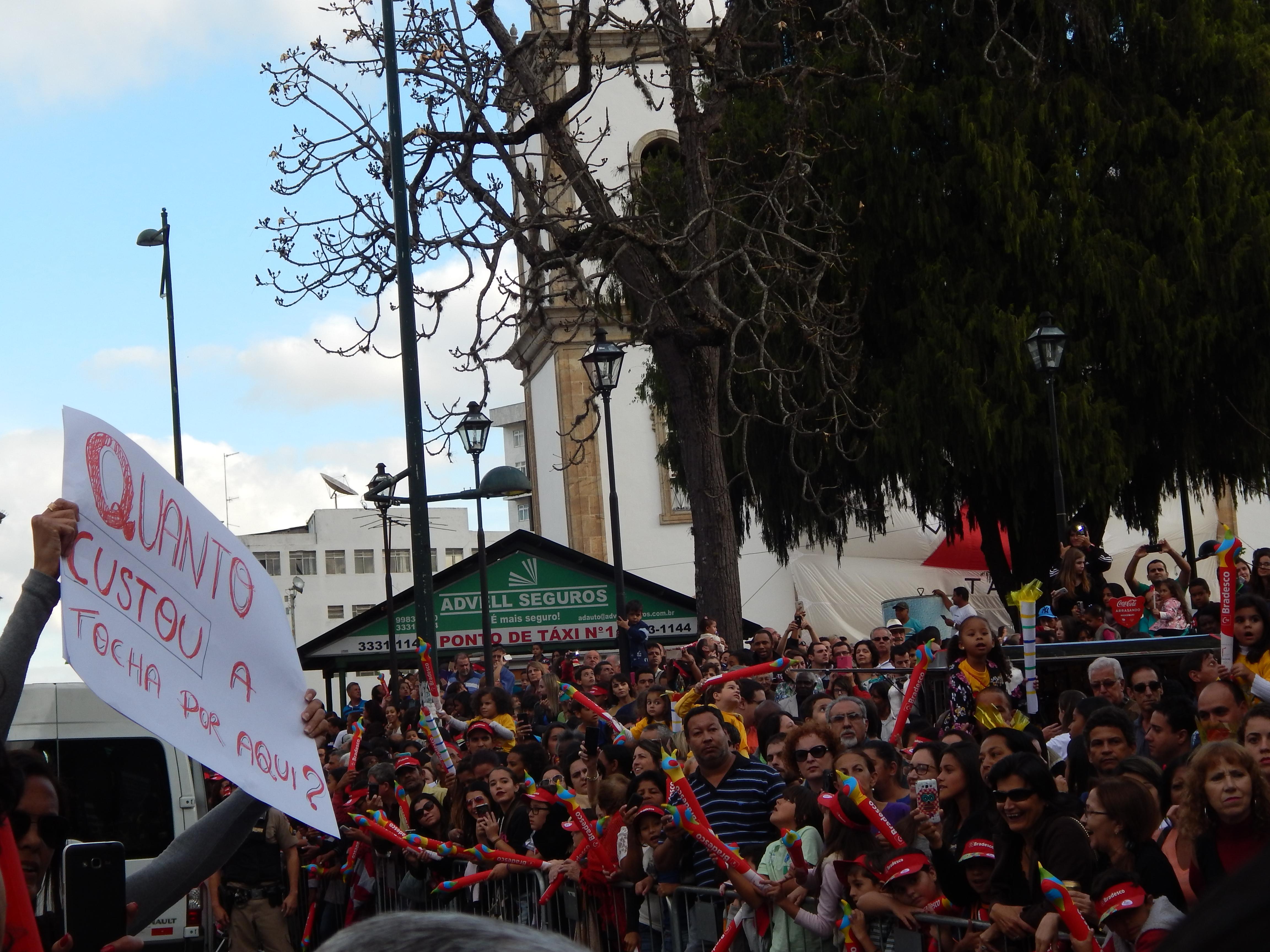 Tocha é recepcionada com protestos dos servidores em Barbacena