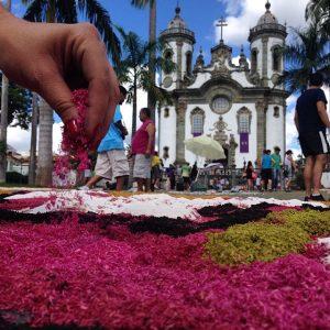 Tapetes de rua, tradição na cidade, vão enfeitar o caminho em que a Tocha passa nesse domingo, 15, em SJDR. FOTO: Thiago Morandi
