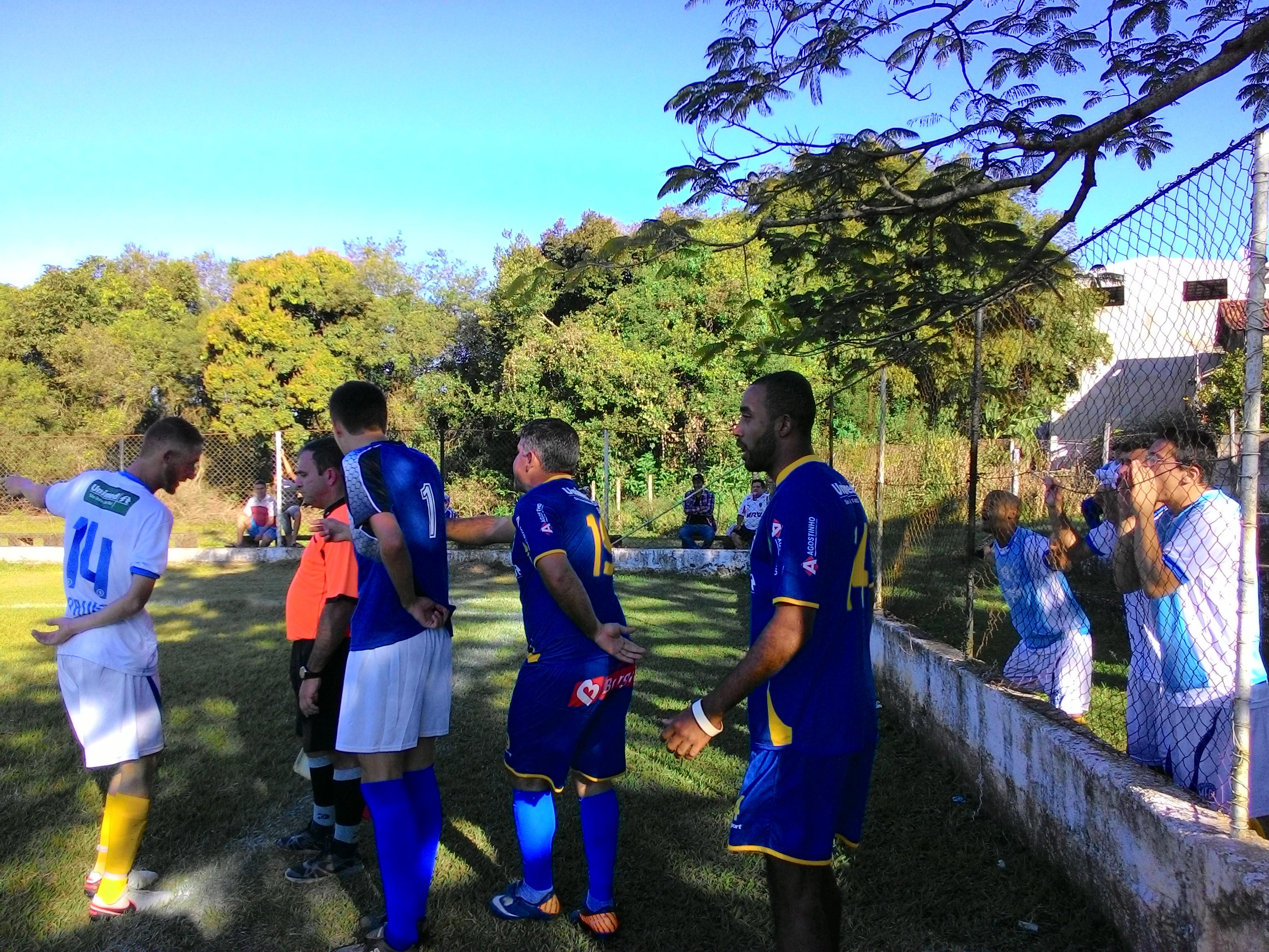 Jogadores do Social (azul) e do Minas (branco) cercam o árbitro auxiliar. FOTO/VAN: Anna Virgínia