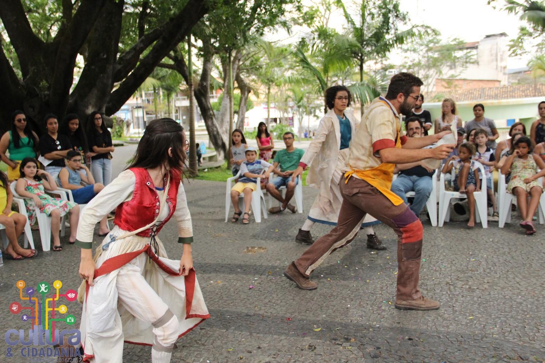 Peça teatral Verdade ou Consequência atraiu o público para a Praça. FOTO: Divulgação