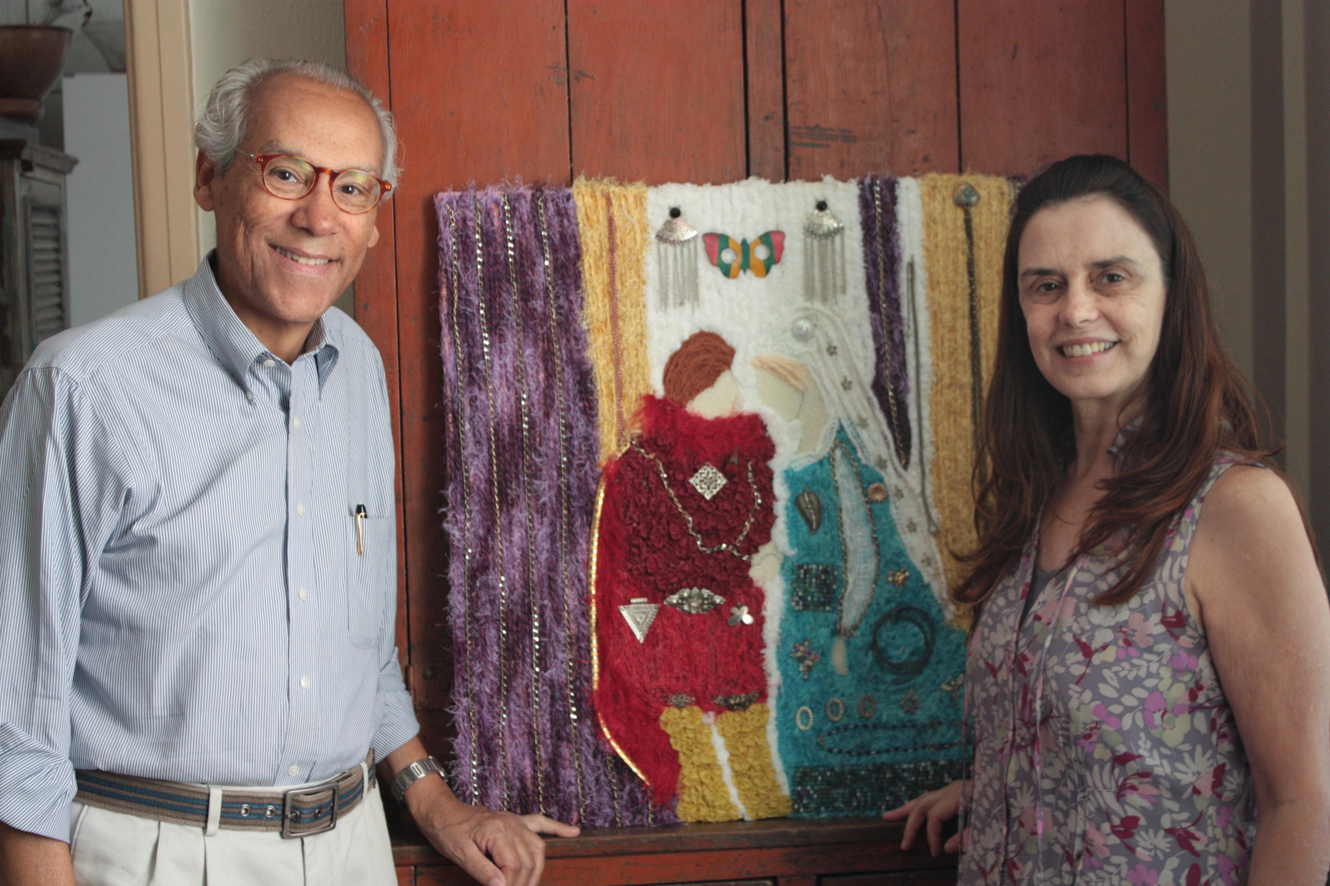 O curador Enoch de Sousa Nascimento e a artista plástica Zélia Mendonça com uma das obras que serão exibidas.