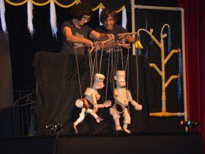 Apresentação da peça InTube para as crianças na tarde de ontem. FOTO/VAN: VAnessa Vicente