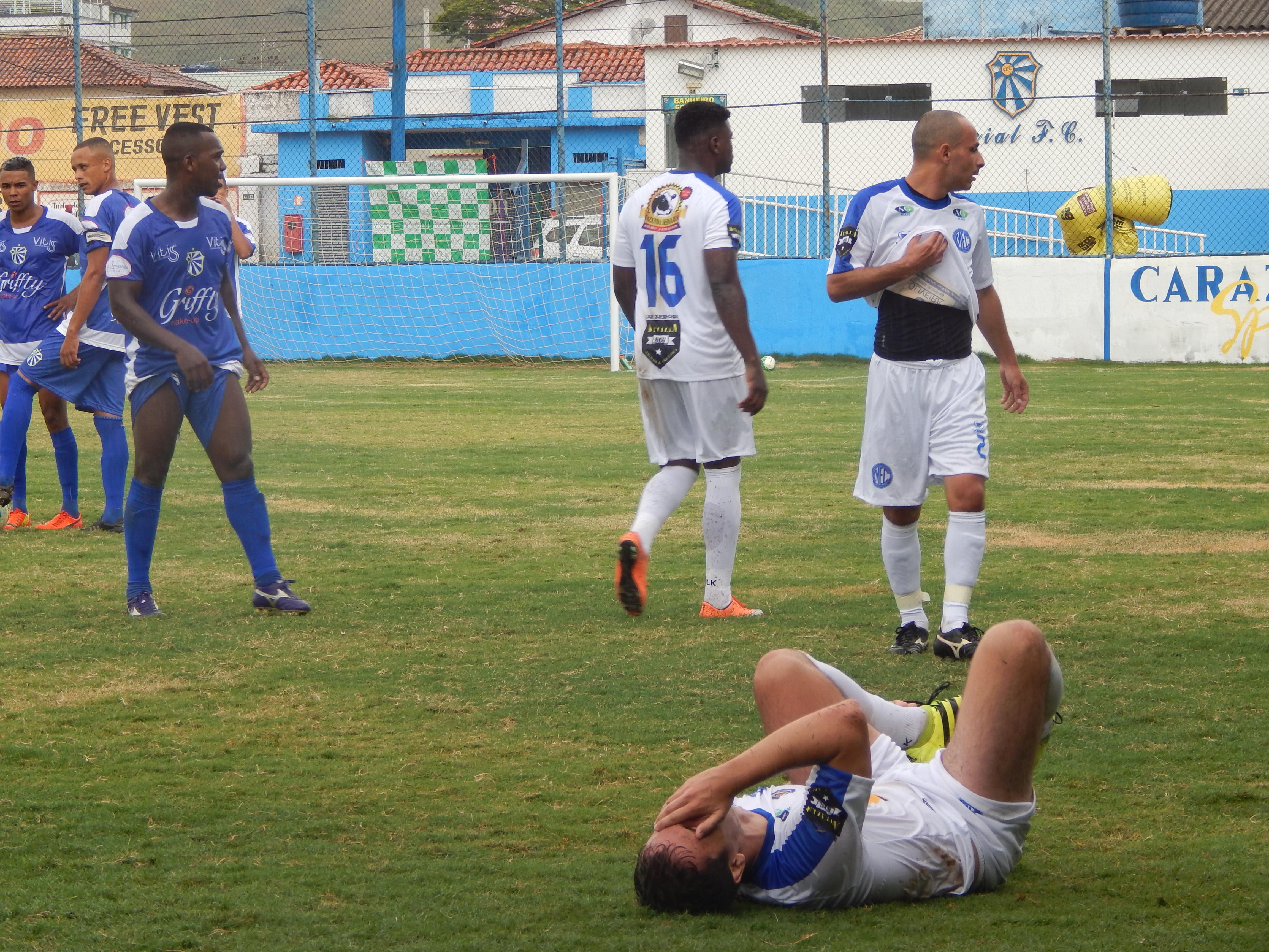 Ao errar o gol, jogador lamenta caindo no gramado. FOTO/VAN: Clara Mattoso