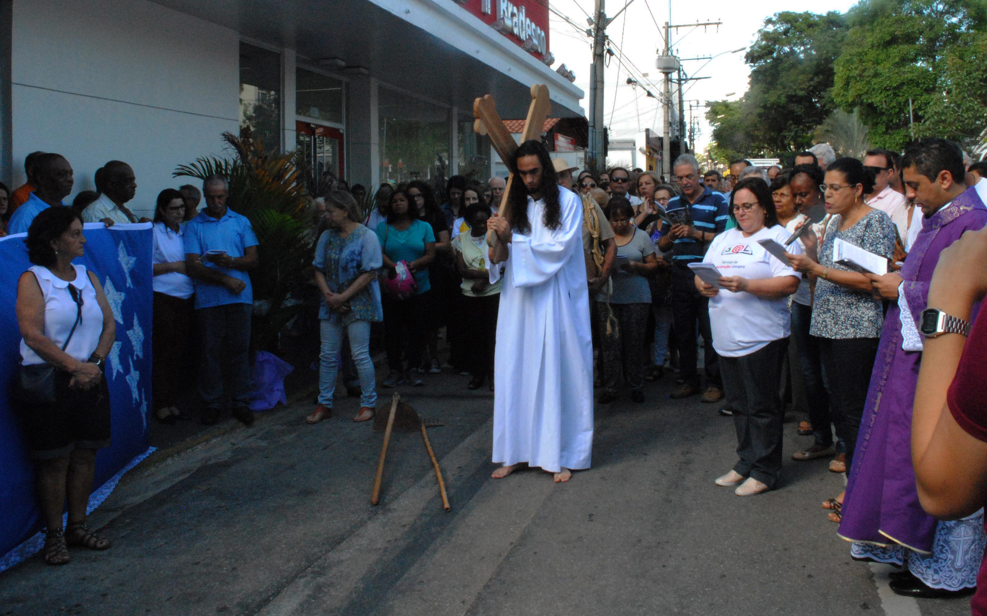 Fiéis celebram Sexta-feira Santa em Lavras