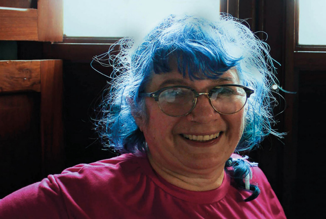 A mulher de cabelo azul